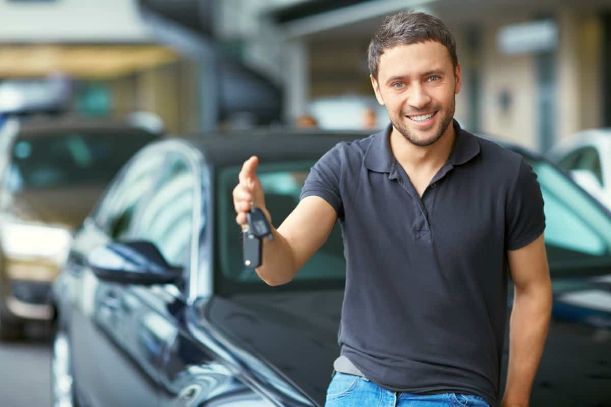 Man holding car keys | AutoTempest Used Car Finder | Overview And FAQs