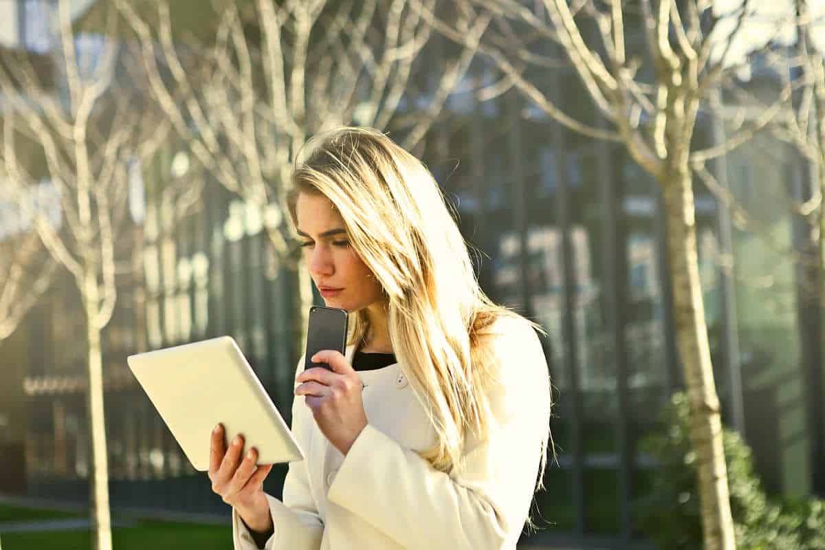 Woman holding a tablet and a phone | Tech Resolutions For The New Year