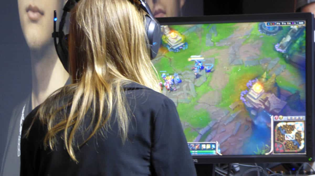The player playing woman headphones | The Ultimate Guide To PC Games